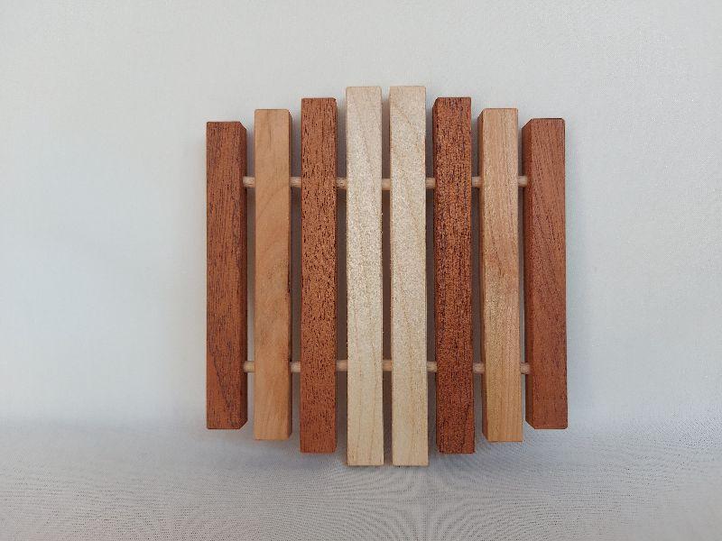 Kleinesbild - Kleiner Holz-Topfuntersetzer, in Handarbeit hergestellt praktisch und formschön aus drei versch. Holzarten