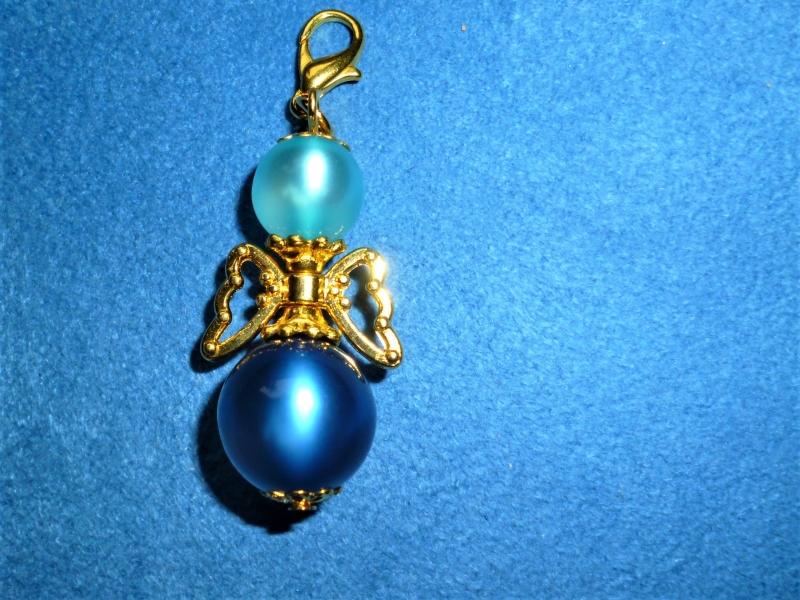 - Handgefertigter Charmanhänger *Engelchen in blau mit goldenen Flügeln* für Armband oder Kette - Handgefertigter Charmanhänger *Engelchen in blau mit goldenen Flügeln* für Armband oder Kette