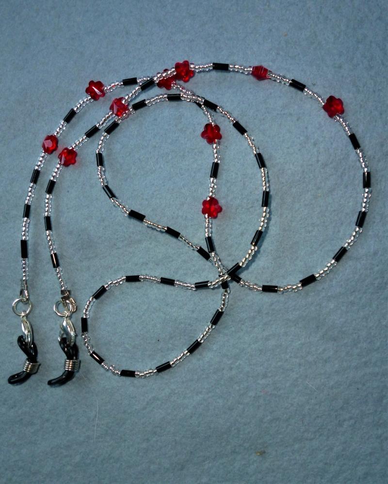 - Handgefädelte Brillenkette/Maskenkette  in schwarz-silber mit roten Kristallblüten -  - Handgefädelte Brillenkette/Maskenkette  in schwarz-silber mit roten Kristallblüten -