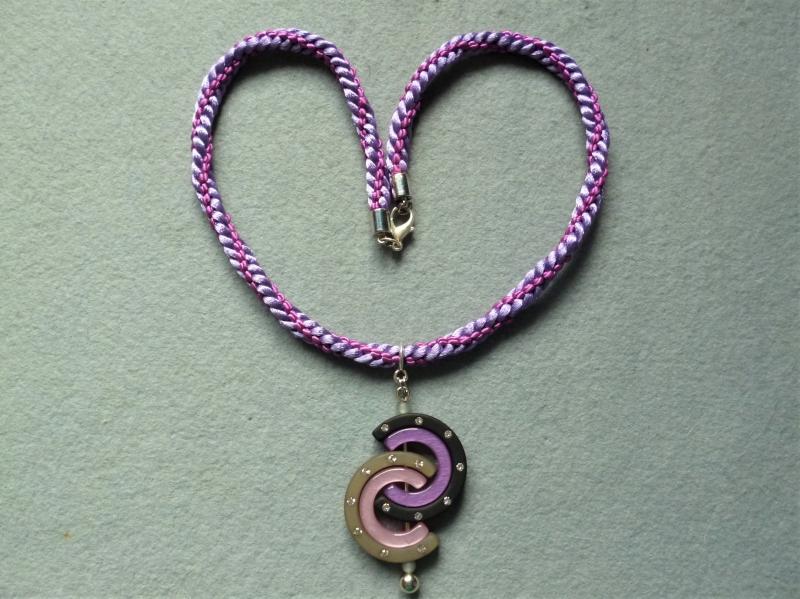 - Handgeflochtene Halskette in lila-flieder mit stilvollem Wechselanhänger aus Polariselementen - Handgeflochtene Halskette in lila-flieder mit stilvollem Wechselanhänger aus Polariselementen