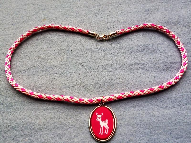 - Handgeflochtene Halskette für Mädchen in rosa-pink  mit Bambi-Anhänger  - Handgeflochtene Halskette für Mädchen in rosa-pink  mit Bambi-Anhänger