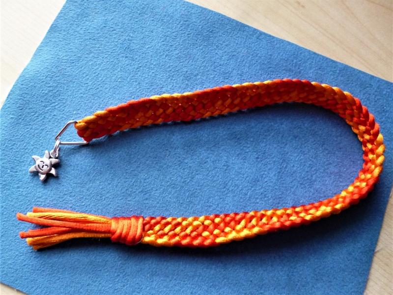 - Handgeflochtenes Lesezeichen aus Satinkordel in rot-orange - Handgeflochtenes Lesezeichen aus Satinkordel in rot-orange