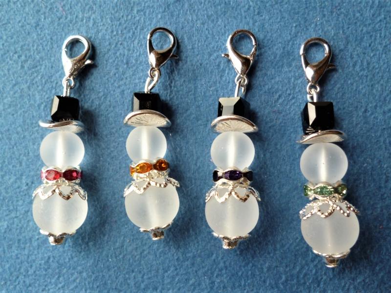 - Weihnachtlicher handgefertigter Charmanhänger *Schneemann* aus Perlen im 4er Set  - Weihnachtlicher handgefertigter Charmanhänger *Schneemann* aus Perlen im 4er Set