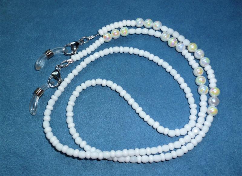 -  Handgefädelte zierliche  Brillen-/Masken-/Airpod-Kette in weiß - Geschenk zum Muttertag - -  Handgefädelte zierliche  Brillen-/Masken-/Airpod-Kette in weiß - Geschenk zum Muttertag -
