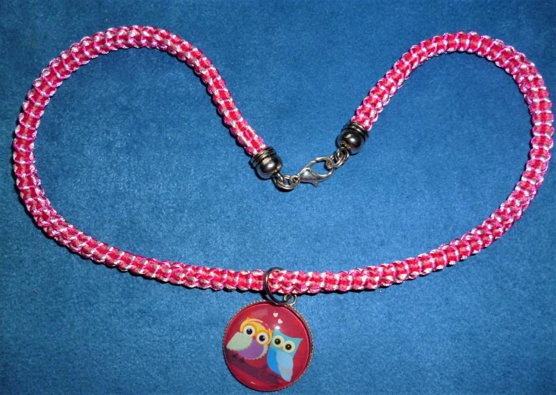 - Handgeflochtene Halskette für Mädchen in pink-weiß  mit Eulenpärchen-Anhänger   - Handgeflochtene Halskette für Mädchen in pink-weiß  mit Eulenpärchen-Anhänger
