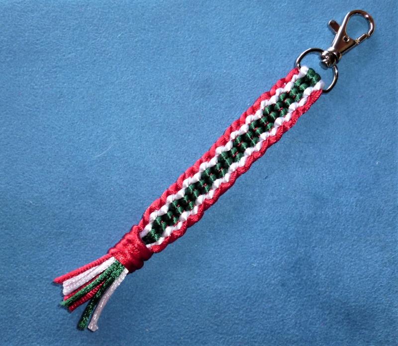 - *Schlüsselanhänger*  *handgeflochten aus Satinkordel* dreifarbig - Geschenk für Frauen und Männer - - *Schlüsselanhänger*  *handgeflochten aus Satinkordel* dreifarbig - Geschenk für Frauen und Männer -