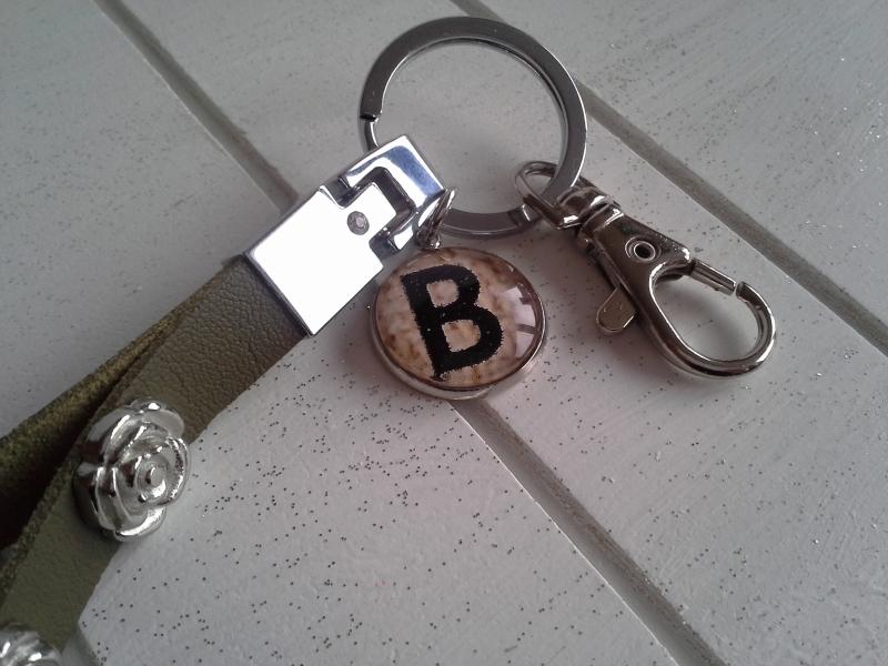 Kleinesbild - Schlüsselanhänger ★ Rose ★ ♡ , aus Kunstleder mit Nieten und Initialenanhänger