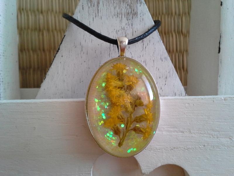 - Kette ☀ gelbe Blüten ☀,  ☆ Anhänger mit einem echten Blütenzweig, an einer Baumwollkette - Kette ☀ gelbe Blüten ☀,  ☆ Anhänger mit einem echten Blütenzweig, an einer Baumwollkette
