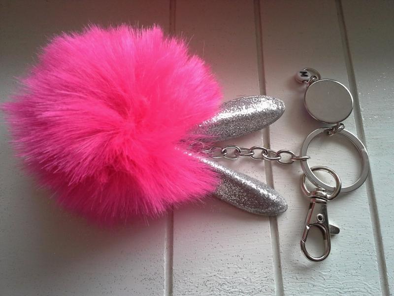 Kleinesbild - Schlüsselanhänger ★ Hase ★ ♡, mit  Kunstfell-Bommel, Hasenohren und Initialen-Anhänger