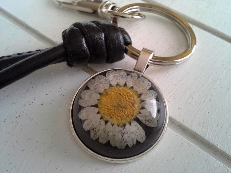 Kleinesbild - Schlüsselanhänger ★ Black Daisy ★ ♡ , aus Kunstlederband mit Cabochon-Anhänger Gänseblümchen
