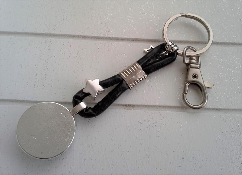 Kleinesbild - Schlüsselanhänger ★ Mond ★ ♡ , aus Kunstlederband mit fluoreszierendem Cabochon-Anhänger