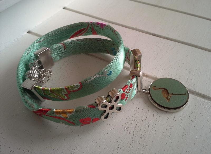 Kleinesbild - Armband ★ Flamingo ★, Wickelarmband aus Satinband mit Holzcabochon-Anhänger