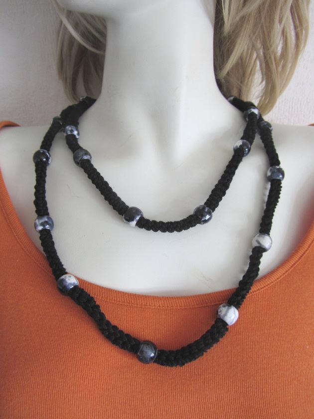 Kleinesbild - Handgefertigtes Wickelarmband Damen aus einer Baumwollkordel mit Modulperlen in Schwarz kaufen