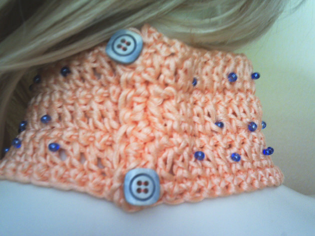 Kleinesbild - Handgehäkeltes Halsband ♡ Halsschmuck Damen aus Baumwolle in Lachsrosa mit blauen Rocailles kaufen