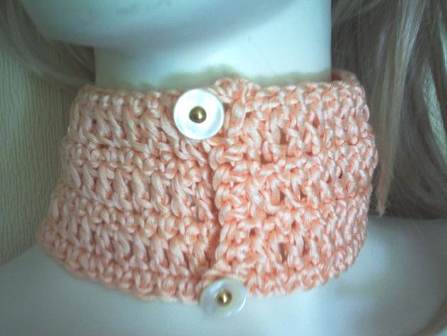 Kleinesbild - Handgehäkeltes Halsband ♡ Damen aus Baumwolle in Lachsrosa mit orangefarbigen Rocailles kaufen