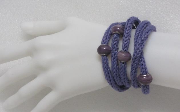 - Handgestricktes Wickelarmband Damen aus Baumwolle in Lila auch als Halskette tragbar kaufen - Handgestricktes Wickelarmband Damen aus Baumwolle in Lila auch als Halskette tragbar kaufen
