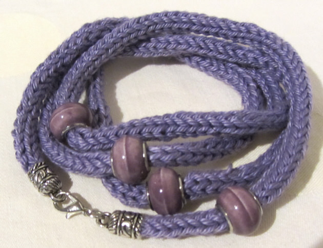 Kleinesbild - Handgestricktes Wickelarmband Damen aus Baumwolle in Lila auch als Halskette tragbar kaufen