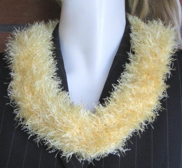 - Handgehäkelter Rundschal Damen aus Fransenwolle in Gelb kaufen - Handgehäkelter Rundschal Damen aus Fransenwolle in Gelb kaufen