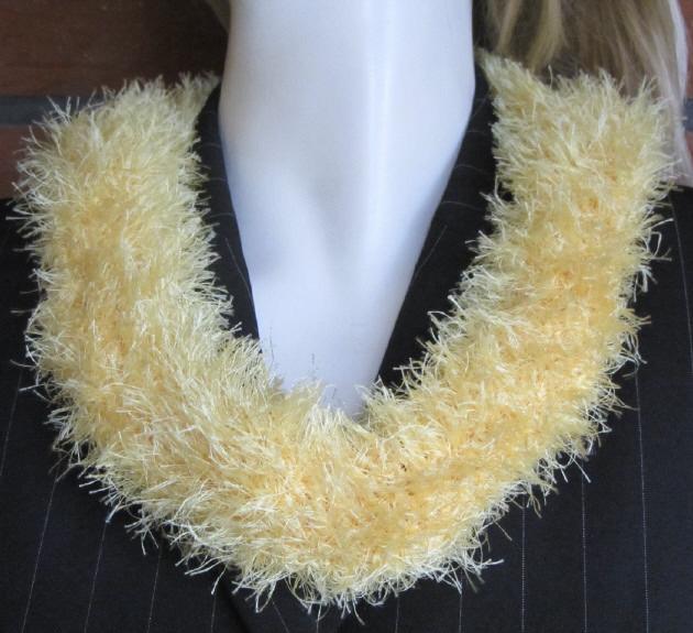 Kleinesbild - Handgehäkelter Rundschal Damen aus Fransenwolle in Gelb kaufen