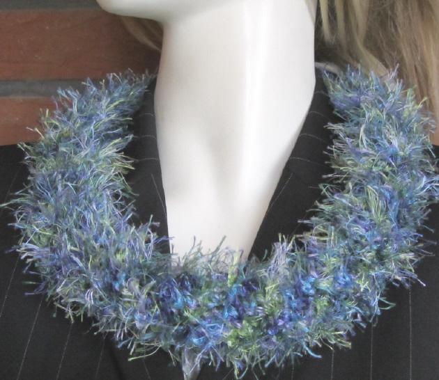 Kleinesbild - Handgehäkelter Rundschal Damen aus Fransenwolle in Blaugrünmeliert kaufen