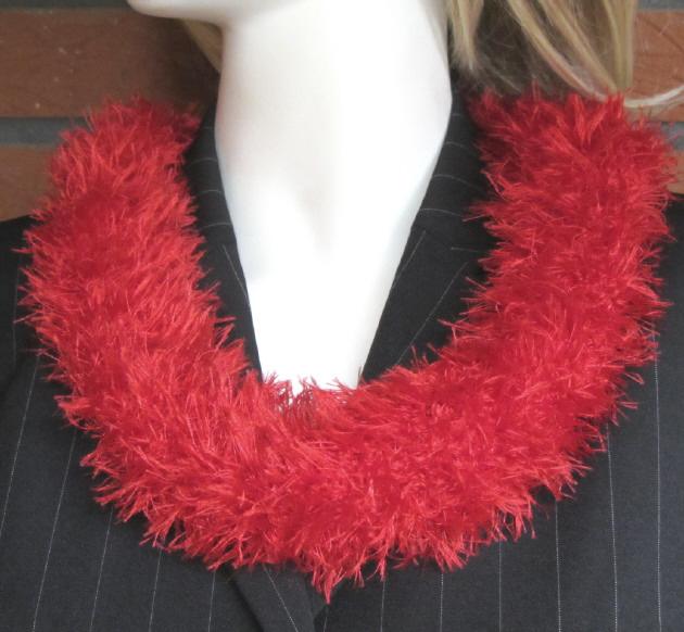 Kleinesbild - Handgehäkelter Rundschal Damen aus Fransenwolle in leuchtendem Rot kaufen