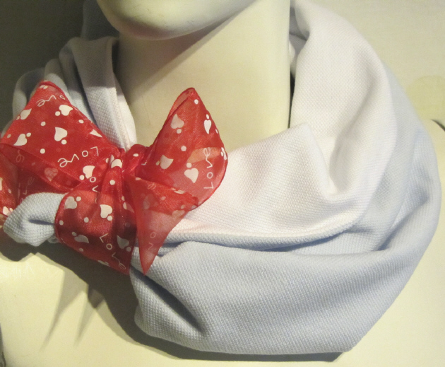 Kleinesbild - Handgefertigter Rundschal ✂ Schlauchschal Damen genäht aus Baumwollpiquè in Weiß und Hellblau kaufen
