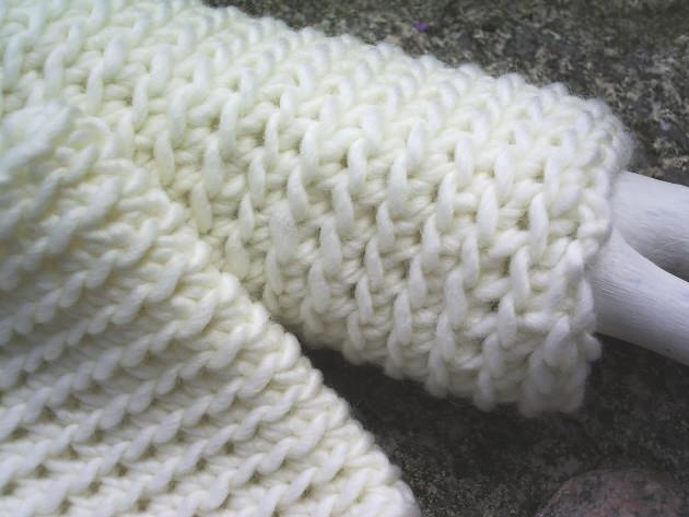 Kleinesbild - Handgehäkelte Armstulpen gehäkelt aus dicker Wolle in Wollweiß kaufen