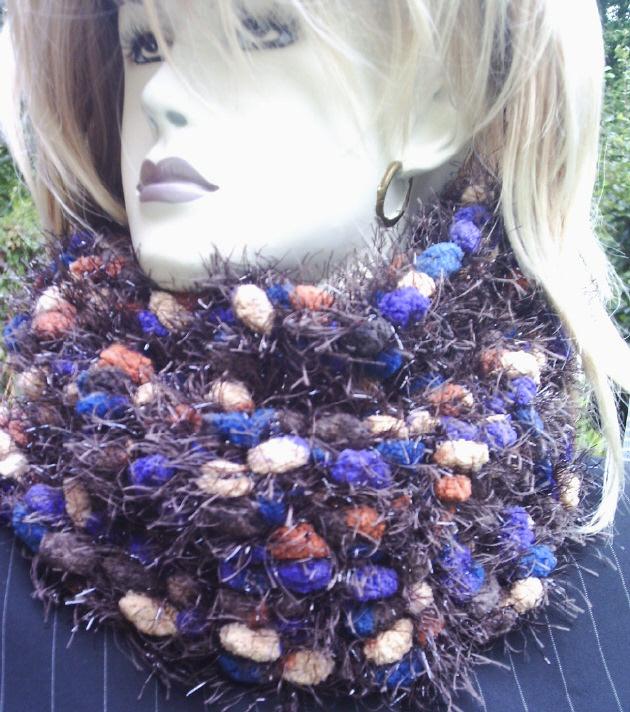 - Handgehäkelter Schal gehäkelt aus dicker Strukturwolle in wunderschönen Trendfarben mit leichtem Glitzereffekt kaufen - Handgehäkelter Schal gehäkelt aus dicker Strukturwolle in wunderschönen Trendfarben mit leichtem Glitzereffekt kaufen