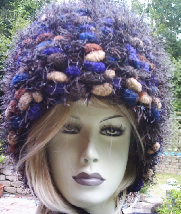 Kleinesbild - Handgehäkelter Schal gehäkelt aus dicker Strukturwolle in wunderschönen Trendfarben mit leichtem Glitzereffekt kaufen