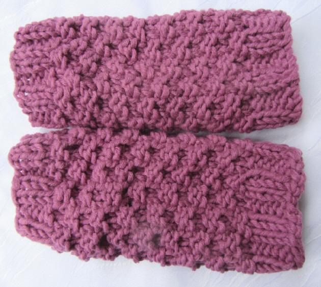 Kleinesbild - Handgestrickte Armstulpen Stulpen gestrickt aus Wolle in der Farbe Himbeerrot kaufen