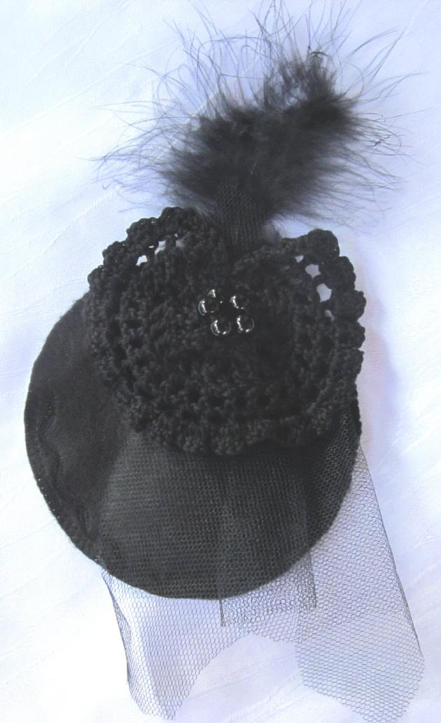 Kleinesbild - Handgefertigter Headpiece hergestellt aus verschiedenen Materialien in Schwarz kaufen