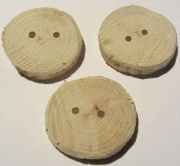 - Handgefertigte Knöpfe aus Wacholderholz im Dreierset unbehandelt deshalb ideal zum Einfärben oder zur künstlerischen Bemalung kaufen - Handgefertigte Knöpfe aus Wacholderholz im Dreierset unbehandelt deshalb ideal zum Einfärben oder zur künstlerischen Bemalung kaufen