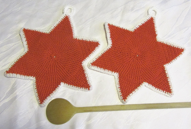 Kleinesbild - Ein Paar handgehäkelte Topflappen ★ Sterne gehäkelt aus Baumwolle in Rot kaufen oder in Ihrer Wunschfarbe bestellen