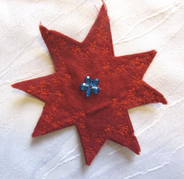 Kleinesbild - Handgefertigter Stern zugeschnitten und genäht aus Filzstoff in Rot zum Aufhängen als Dekoration kaufen