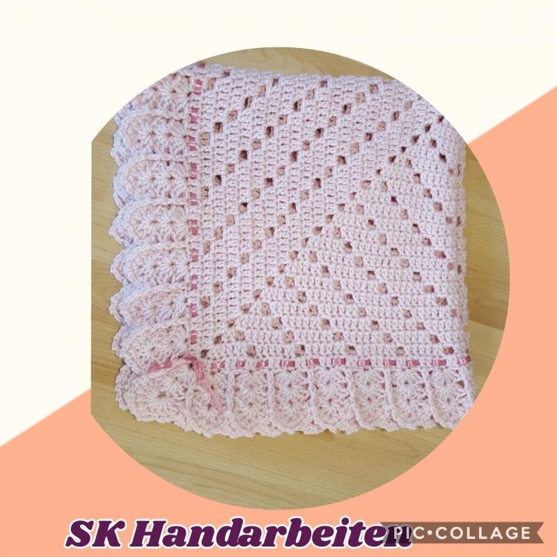 Kleinesbild - Baby-Decke -elegant- mit Satinband in rosa - 85*85 cm