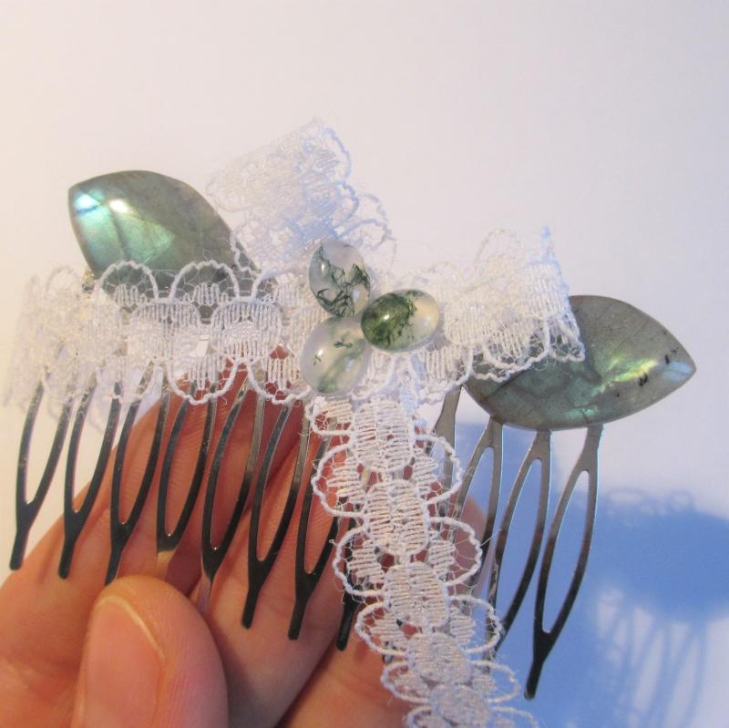 Kleinesbild - Brautschmuck Haarschmuck Haarkamm mit weißer Spitzenschleife verziert mit 3 Moosachaten und 2 Labradorit-Blättern