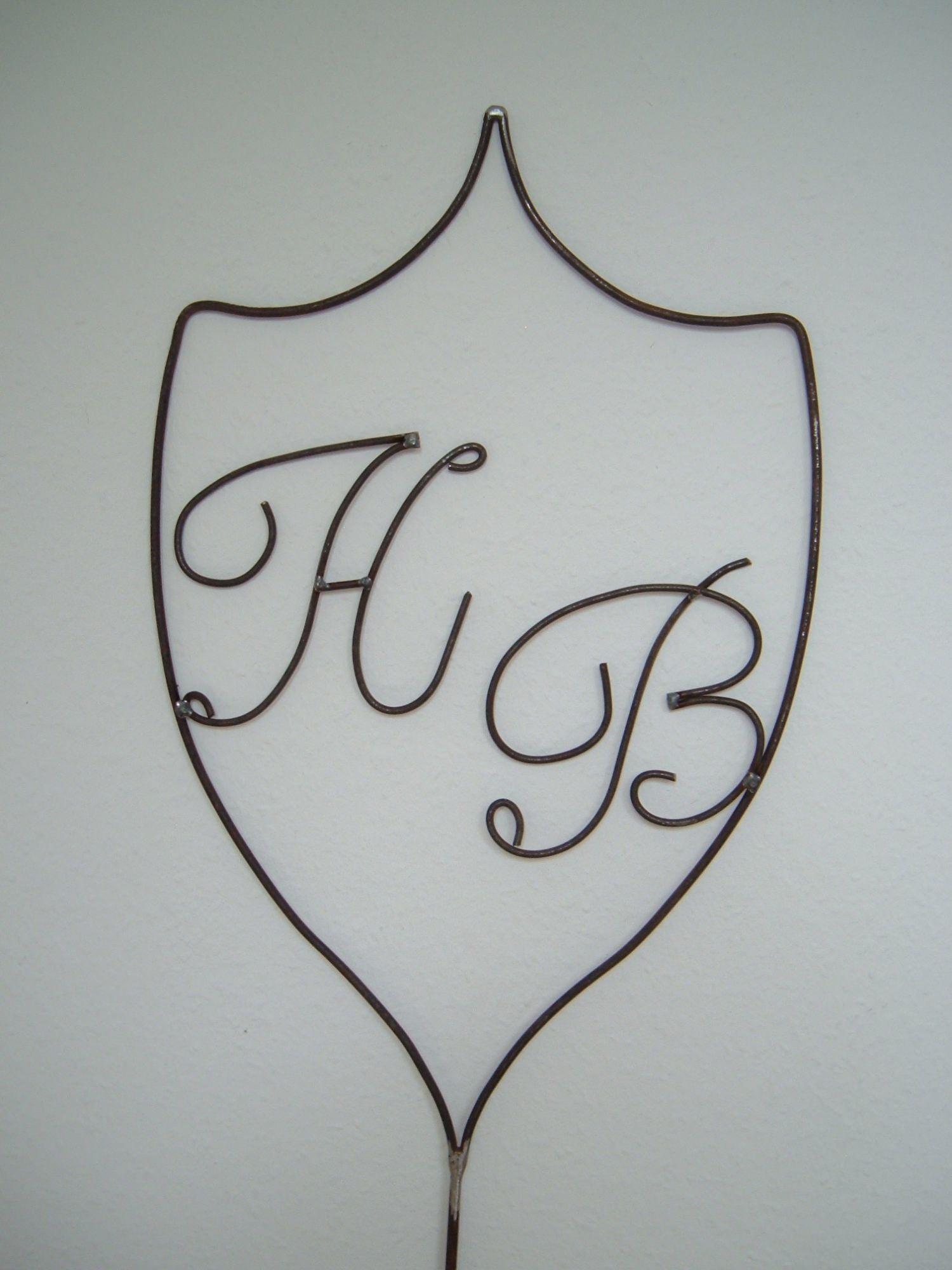 - Wappen aus Metall mit Initialen / Buchstaben nach Wunsch in Handarbeit - Familienwappen - Wappen aus Metall mit Initialen / Buchstaben nach Wunsch in Handarbeit - Familienwappen