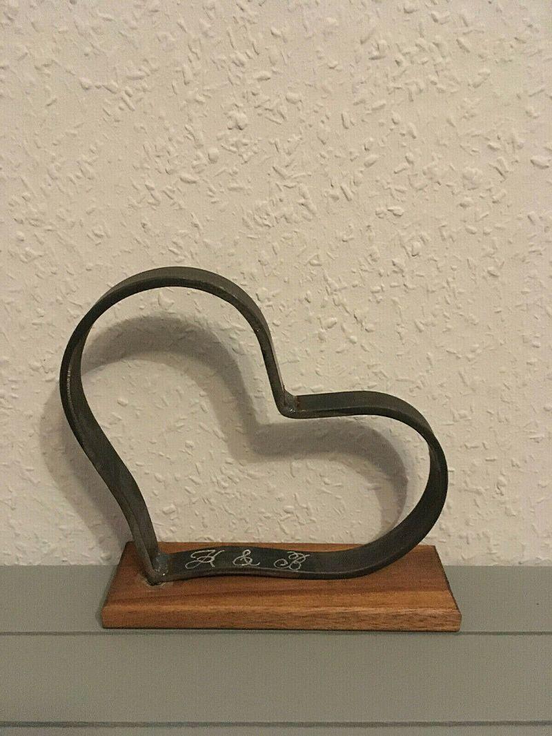 Kleinesbild - Herz aus Metall mit Gravur der Initialen auf Standfuß aus Akazienholz