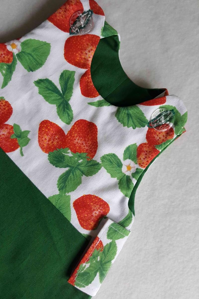 """Kleinesbild - Erdbeeren-Puppenschlafsack mit transparenten """"Blubberblasen-Knöpfen"""""""