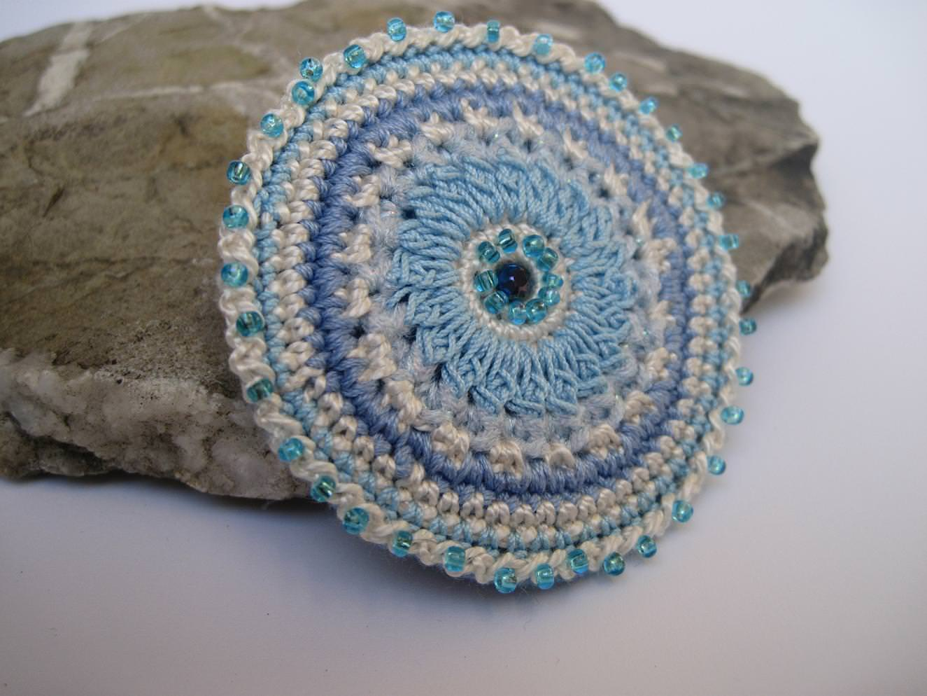 Kleinesbild - Häkelbrosche in Perlen getaucht, Textilschmuck, Brosche