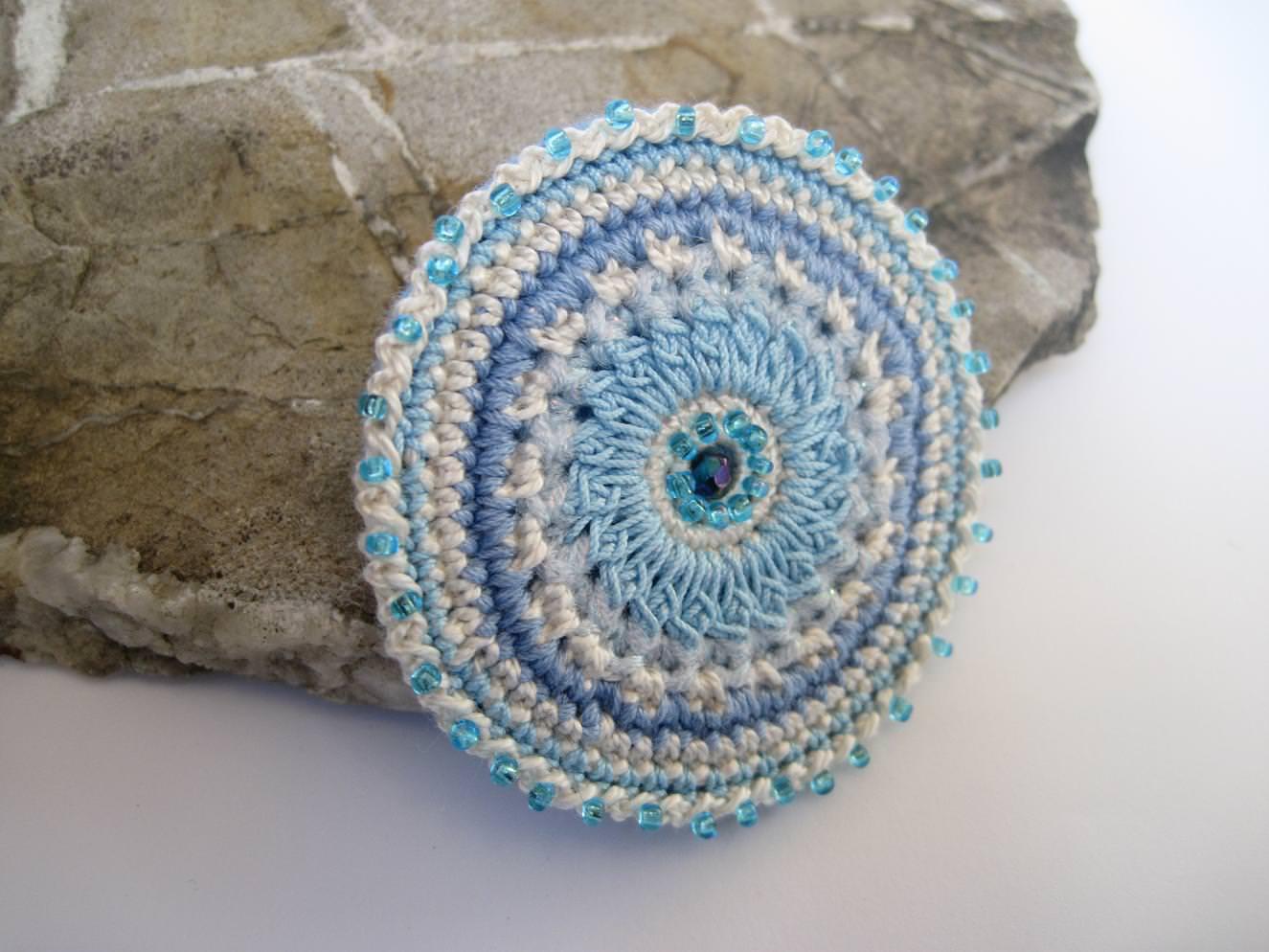 - Häkelbrosche in Perlen getaucht, Textilschmuck, Brosche - Häkelbrosche in Perlen getaucht, Textilschmuck, Brosche
