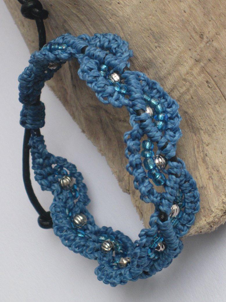 Kleinesbild - Macramearmband auf Leder mit Perlen, Macrameschmuck, micro Macrame