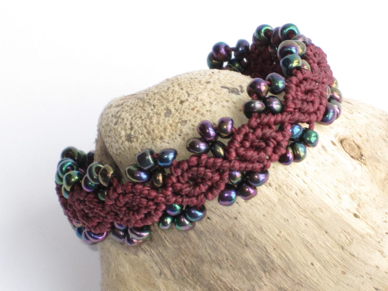 Kleinesbild -  Armband Macrame mit Perlen in Burgund, Macrameschmuck, Armband
