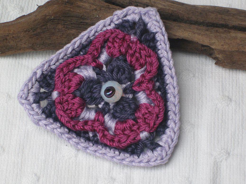 Kleinesbild - Häkelbrosche Dreieck mit Perlen, Häkelschmuck, Brosche