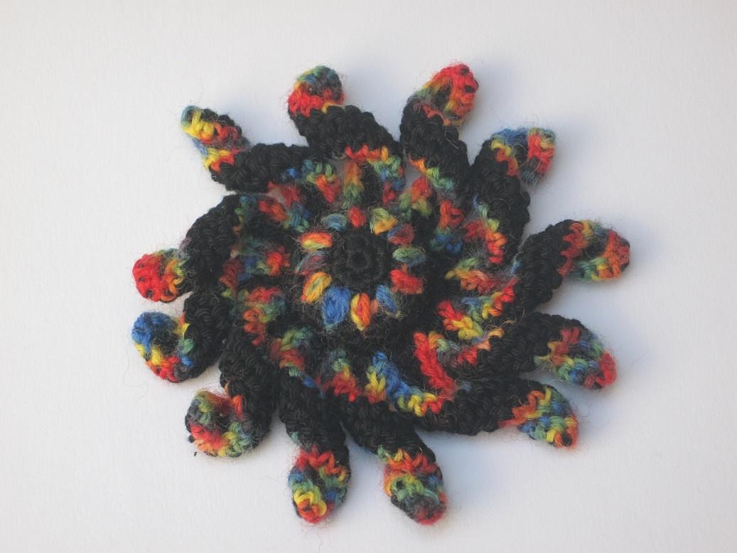 Kleinesbild -  Krakenblume als Brosche, Textilschmuck, Häkelbrosche