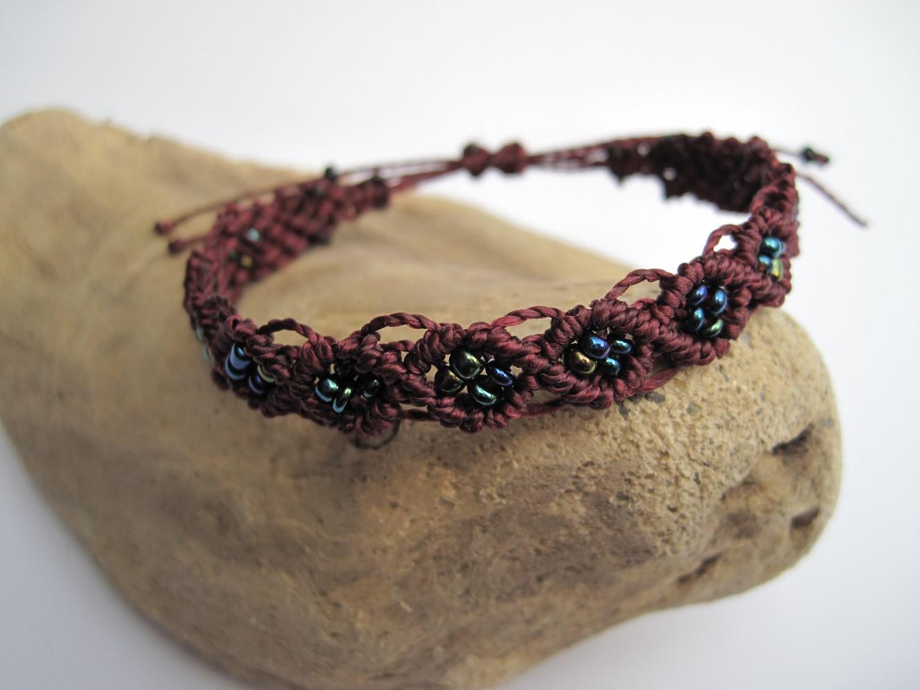 Kleinesbild - Macrame Armband burgund mit Roccailles, Macrameschmuck, micro Macrame