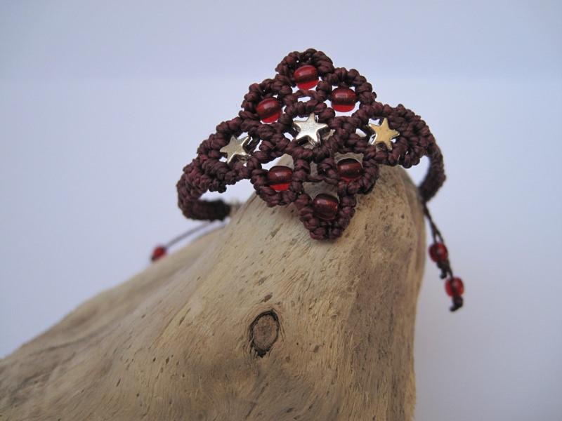Kleinesbild - Zartes Macrame Armband Oriental mit Sternen in burgund, Macrameschmuck