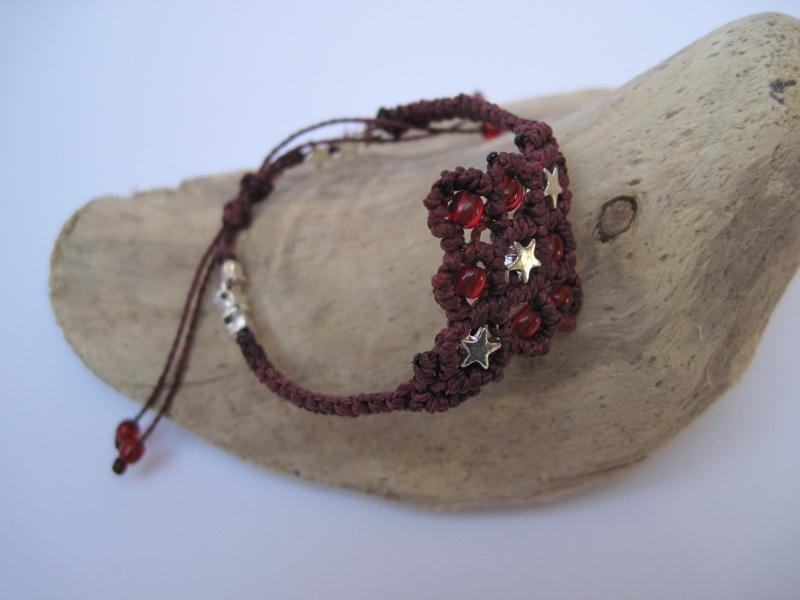 - Zartes Macrame Armband Oriental mit Sternen in burgund, Macrameschmuck - Zartes Macrame Armband Oriental mit Sternen in burgund, Macrameschmuck