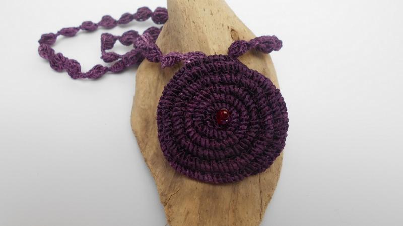 Kleinesbild - Lila Häkelkette mit Perlen, Halskette, Textilschmuck