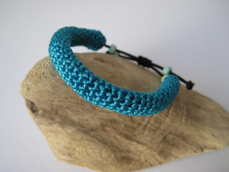 - Türkises Häkelarmband mit Holzperlen, Armband, Textilschmuck - Türkises Häkelarmband mit Holzperlen, Armband, Textilschmuck